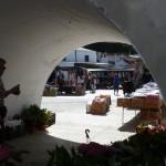 Marktstände unter der historischen Brücke