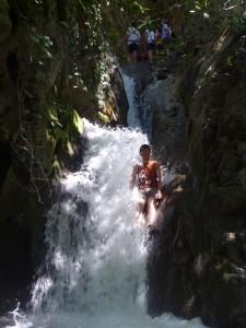 Flusswanderung mit natürlichen Wasserrutschen