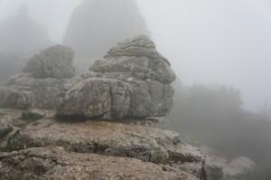 Wanderung bei Nebel im El Torcal mit bizarren Felsformationen