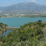 Die Wanderung zum Viñuela See bietet atemberaubende Blicke in die Axarquia